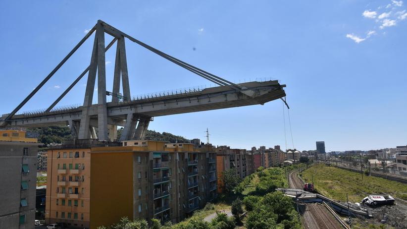 Włochy. Stan kryzysowy po zwaleniu się mostu w Genui