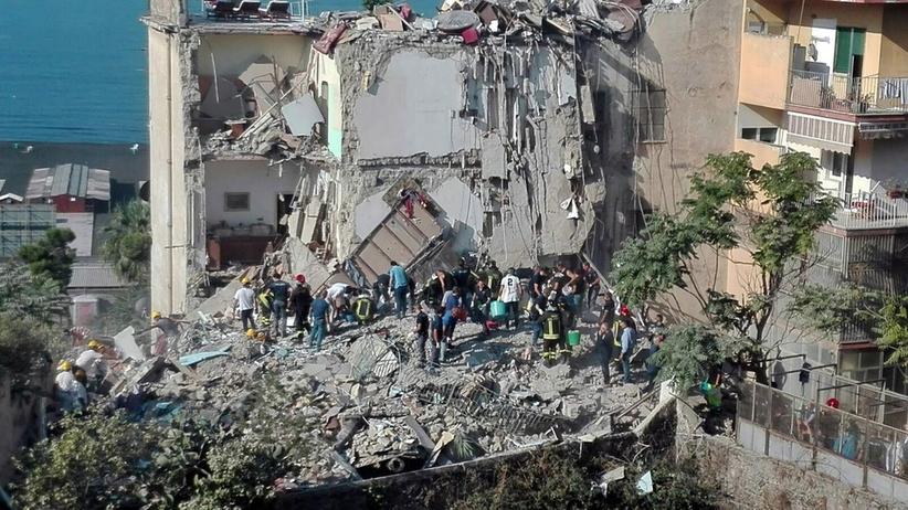 Zawalił się blok w okolicy Neapolu. Ludzie uwięzieni pod gruzami [GALERIA]