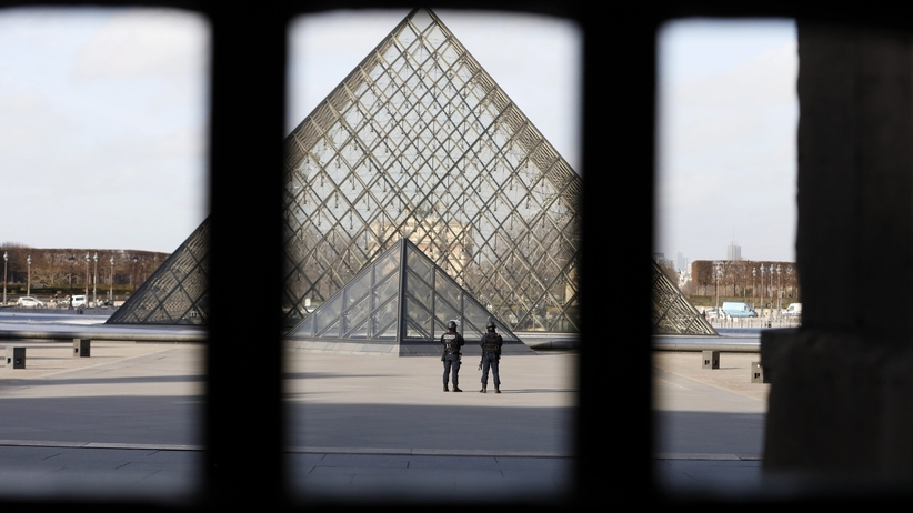 """Francja wybiera prezydenta. Ewakuacja dziedzińca Luwru """"ze względów bezpieczeństwa"""""""