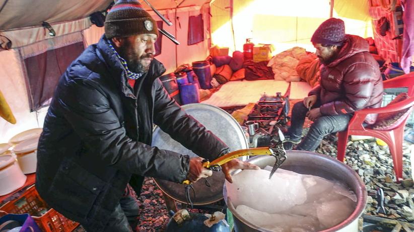 Wyprawa na K2: Marek Chmielarski robi wycieczkę po bazie [WIDEO]