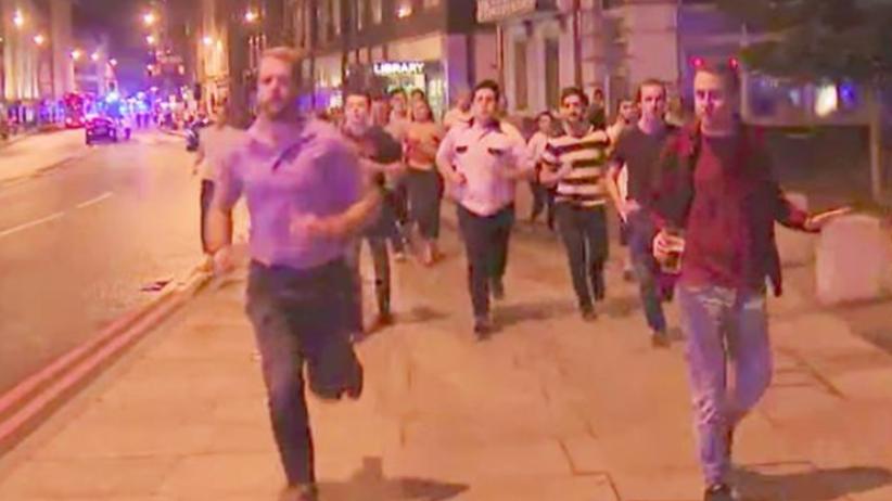 Uciekał przed zamachem z... piwem w ręku! Zdjęcie wywołało dyskusję [FOTO]