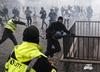 """Zamieszki podczas protestu """"żółtych kamizelek"""". Dziesięc osób rannych, kilkadziesiąt zatrzymanych [WIDEO]"""