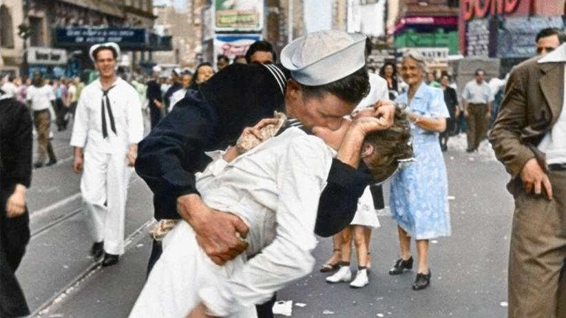 Zmarł marynarz, którego pocałunek stał się symbolem końca II wojny światowej. V-J Day in Times Square
