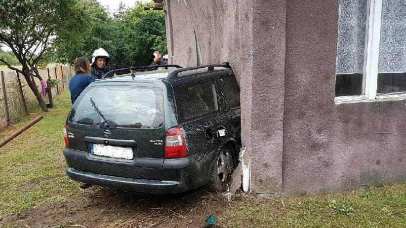 samochód wjechał w budynek, wypadek