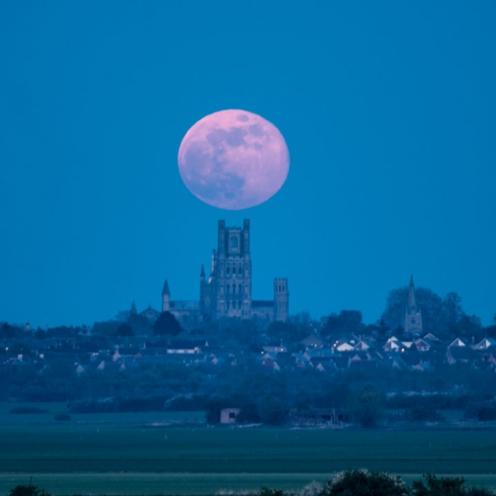 Pełnia Różowego Księżyca