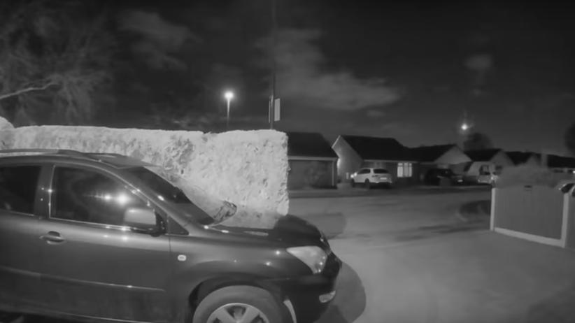 Niesamowite nagranie kamery przy wejściu do domu. Nagrała...spadający meteoryt