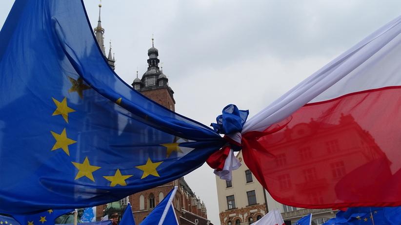 Nowoczesna chce kary więzienia za zniszczenie flagi UE