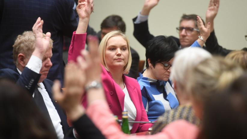Chorosińska i inni posłowie PiS chcą zwiększenia limitu osób w kościołach. Jest apel do Morawieckiego