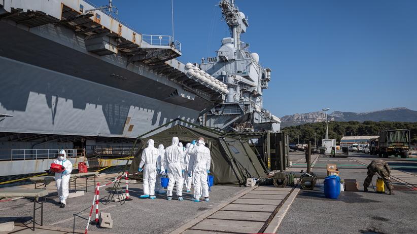 Francja. Ponad 1000 marynarzy zakażonych koronawirusem. Dramatyczna sytuacja na lotniskowcu