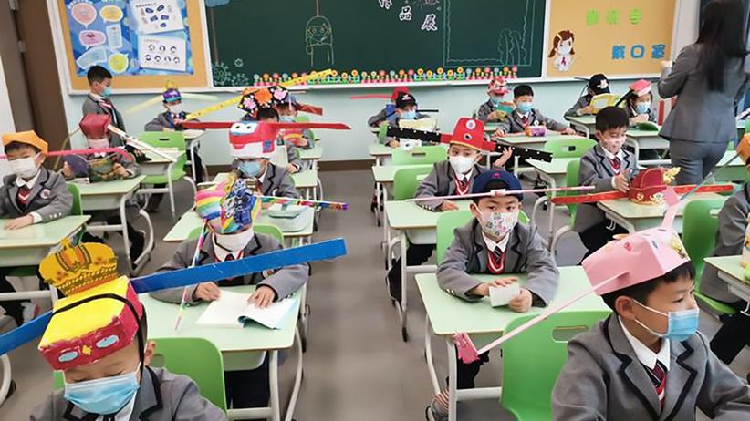 chińskie dzieci w czapkach z uszami