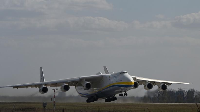 Setki ton sprzętu medycznego w drodze do Polski. W największym samolocie świata