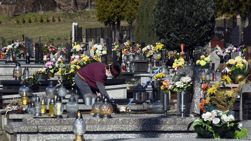 Koronawirus w Polsce - informacje. Cmentarze zamknięte w Wielkanoc? - Wiadomości