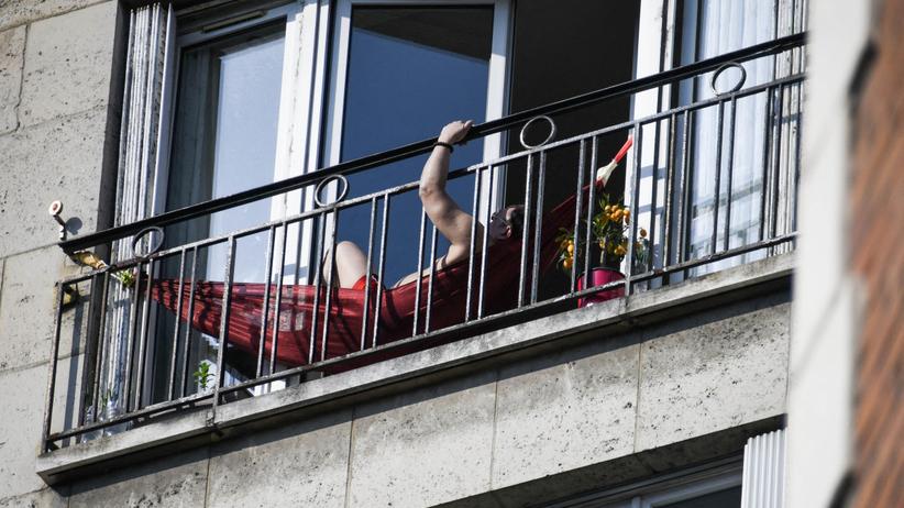 Mężczyzna na balkonie