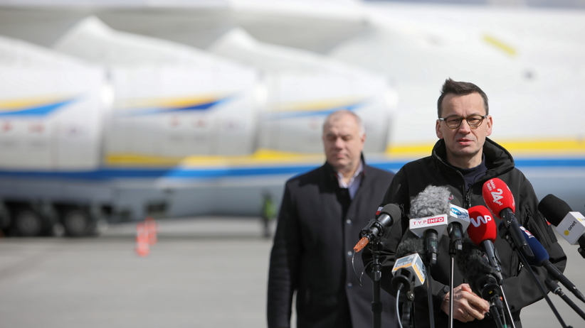 Koronawirus. Morawiecki mówi o sukcesie Polski w walce o sprzęt i obiecuje 100 mln maseczek miesięcznie