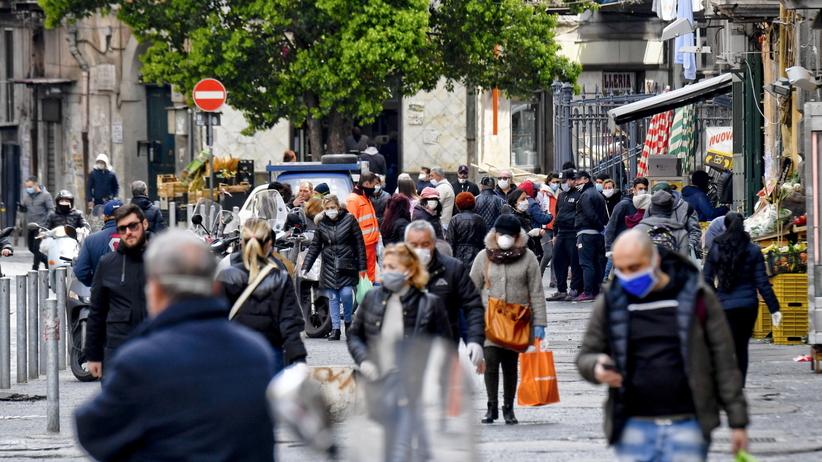 Koronawirus. Neapol. Setki ludzi łamie zakazy i wychodzi na ulice ZDJĘCIA  - Wiadomości