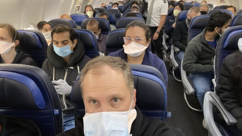 """Tłok na pokładzie samolotu w czasie pandemii. """"Ludzie są przerażeni"""""""