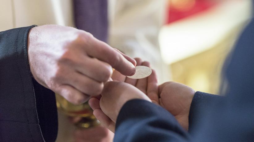 komunia w kościele podczas pandemii koronawirusa
