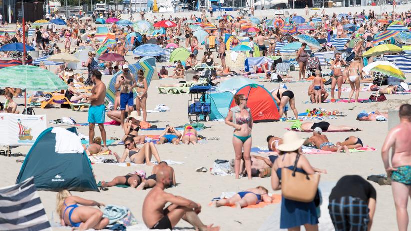 turyści nad morzem