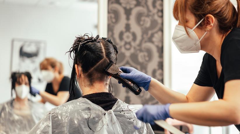 Wieluń. Zakażona fryzjerka strzygła klientów. Mogła zarazić nawet 60 osób