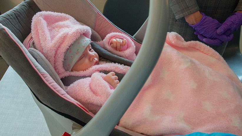 Zgierz. Maleńka Klara wyszła ze szpitala. Jej rodzice chorowali na COVID-19
