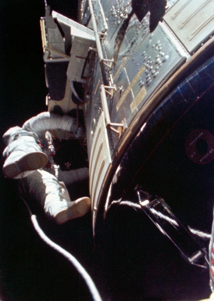 Al Worden podczas spaceru kosmicznego
