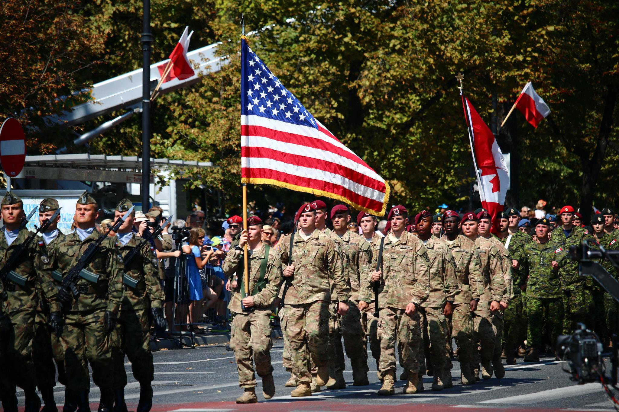 Amerykańscy żołnierze podczas defilady w Warszawie