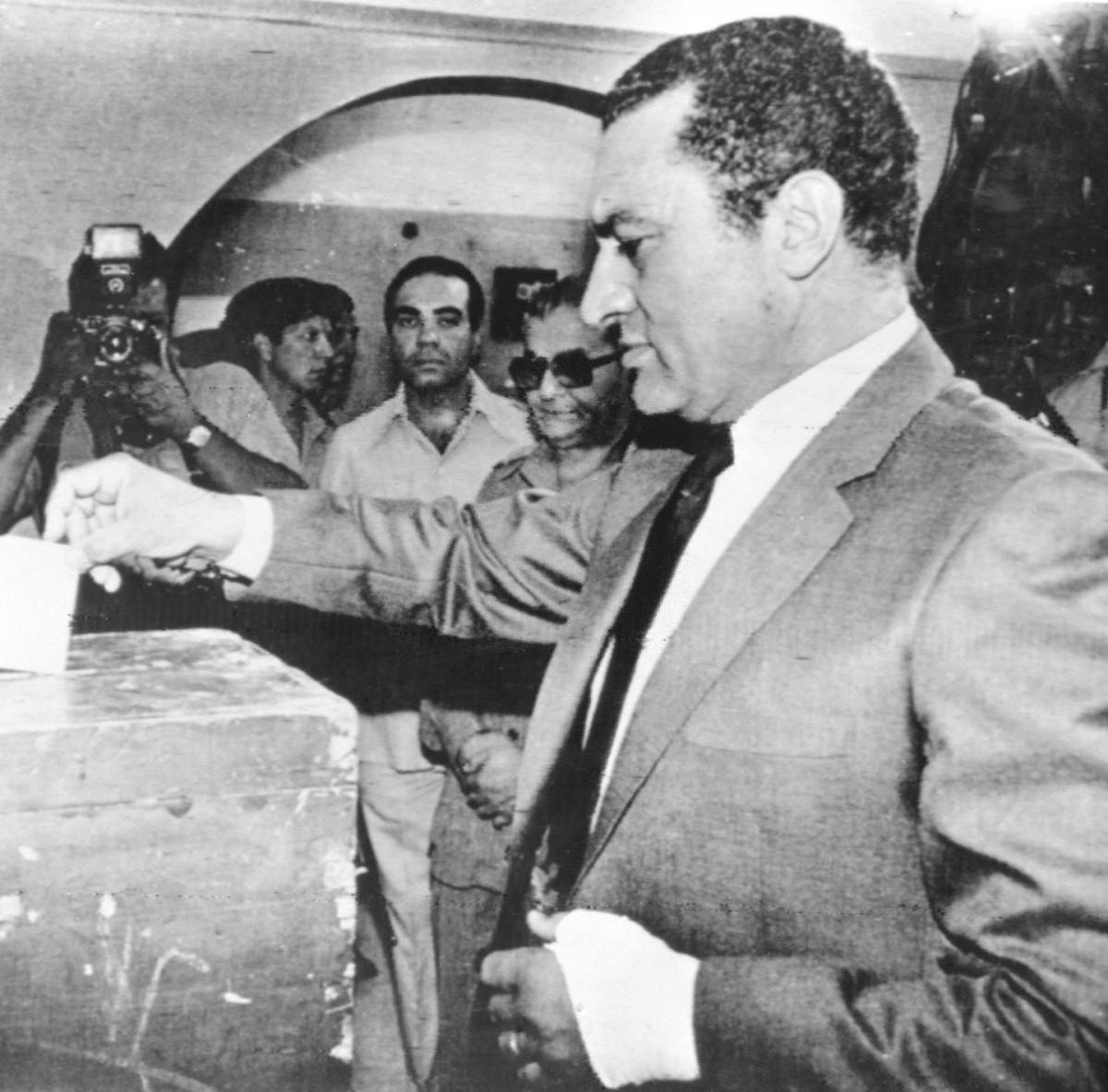 Hosni Mubarak w 1981 roku. Jako wiceprezydent głosuje w wyborach prezydenckich