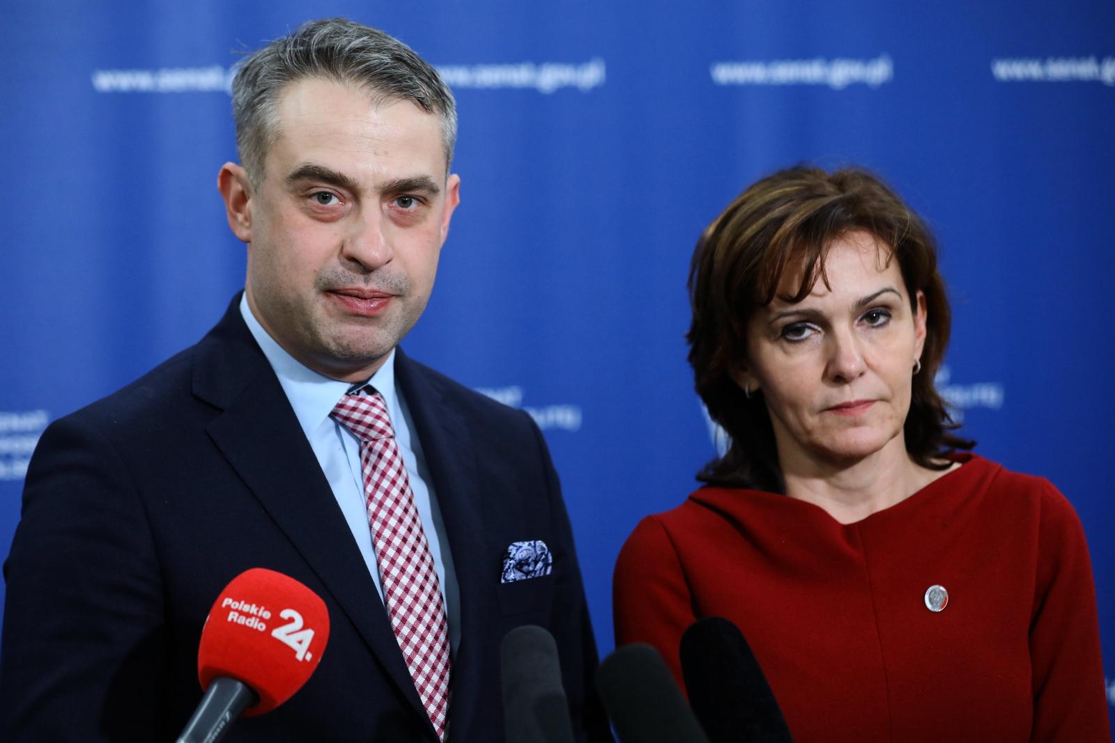 Wicemarszałek Senatu Gabriela Morawska-Stanecka i poseł Lewicy Krzysztof Gawkowski podczas konferencji prasowej w Senacie