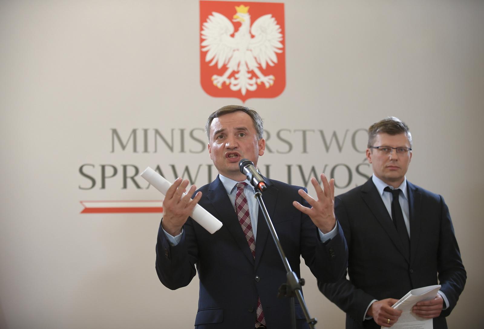Zbigniew Ziobro i wiceminister sprawiedliwości Marcin Warchoł podczas konferencji prasowej w siedzibie resortu sprawiedliwości w Warszawie
