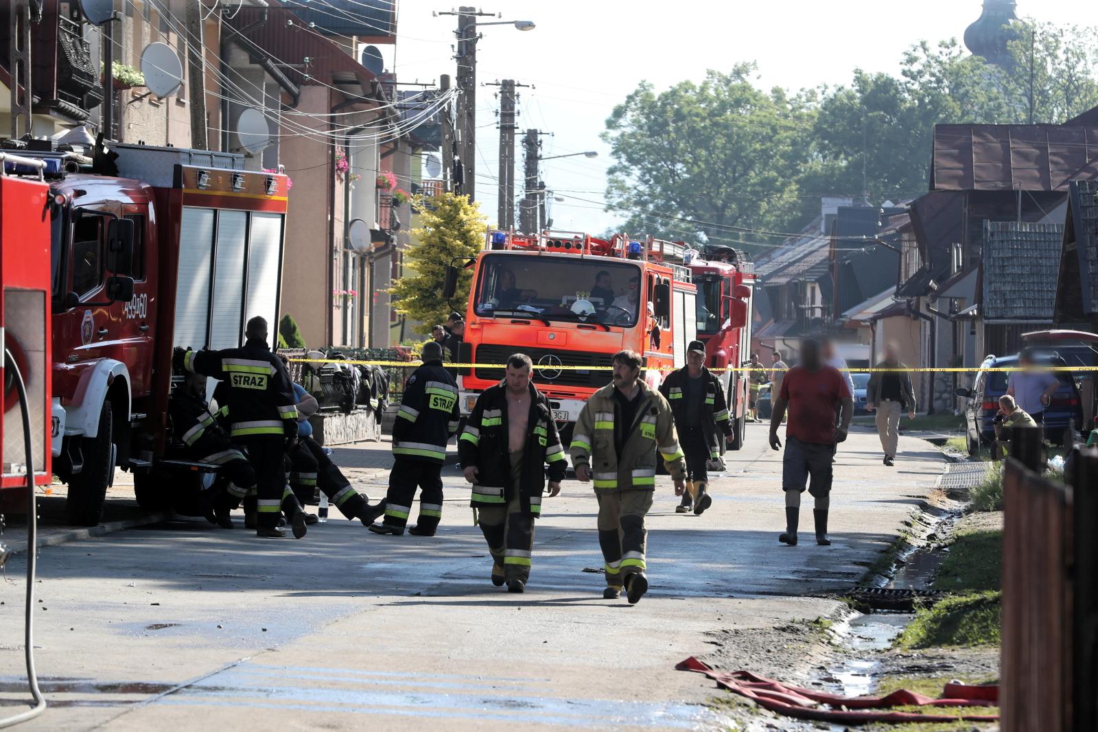 Strażacy pracują na pogorzelisku w Nowej Białej