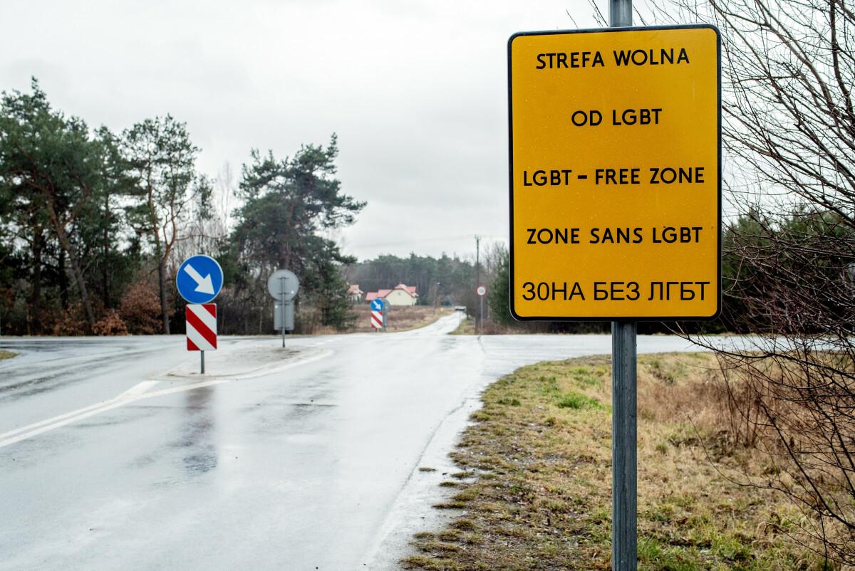 Tablica umieszczona przed wjazdem do miejscowości, która przyjęła uchwałę anty-LGBT. Jej autorem jest aktywista Bartosz Staszewski.