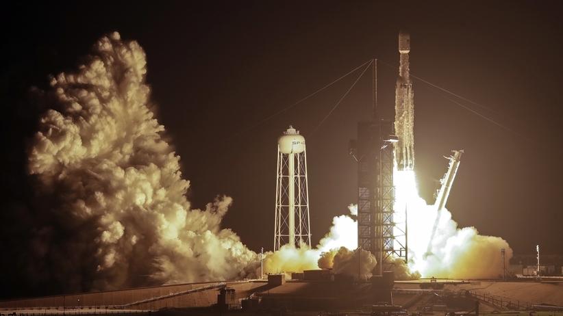 Rakieta Falcon Heavy firmy SpaceX z 24 satelitami wystartowała