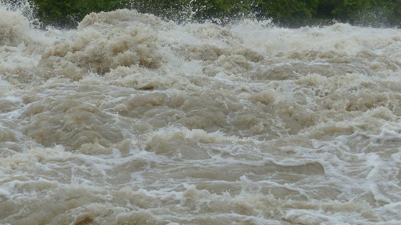 Wał w Izbiskach przerwany. Woda zalewa okoliczne tereny