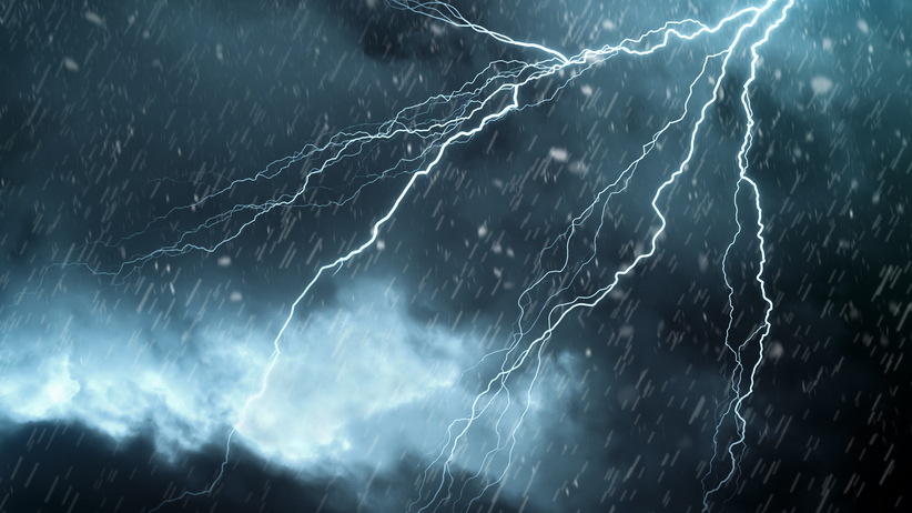 Alert RCB dla 12 województw. Silny wiatr i burze z gradem