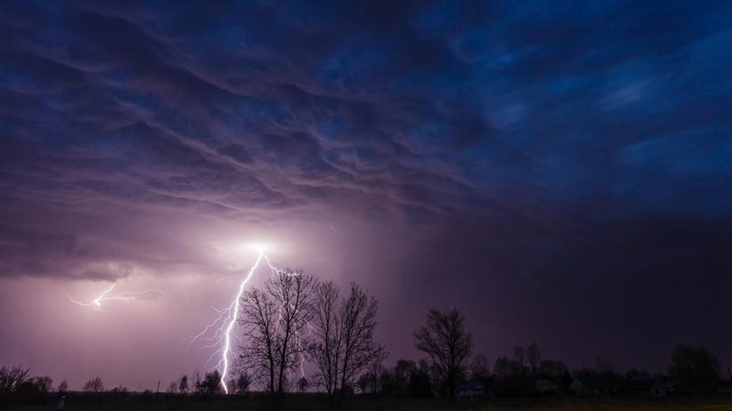 Burze z gradem i deszczem nad Polską IMGW alarmuje: możliwe niebezpieczeństwo