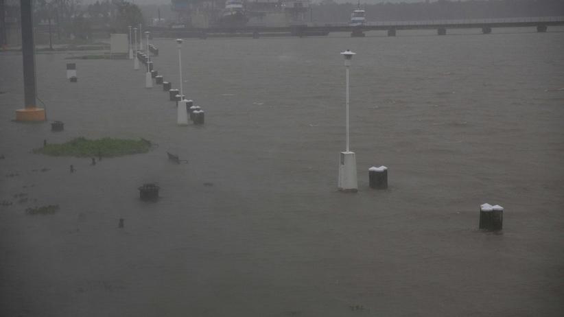 Huragan Barry dotarł do Luizjany w USA. Woda sięga dachów