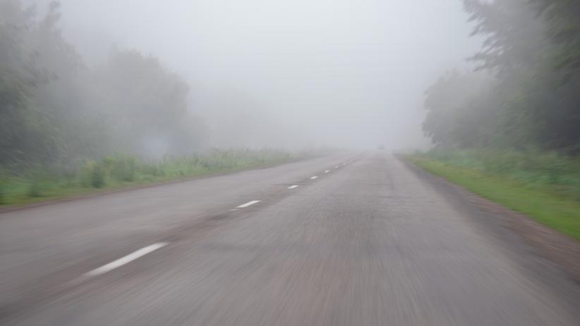 IMGW ostrzega przed gęstą mgłą. Może być niebezpiecznie na drogach