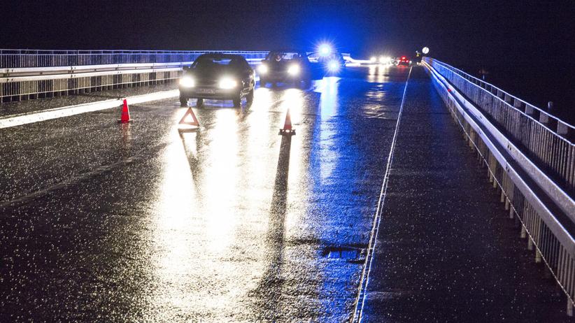 """IMGW ostrzega. Kierowcy, uważajcie na """"szklankę"""" na drogach"""