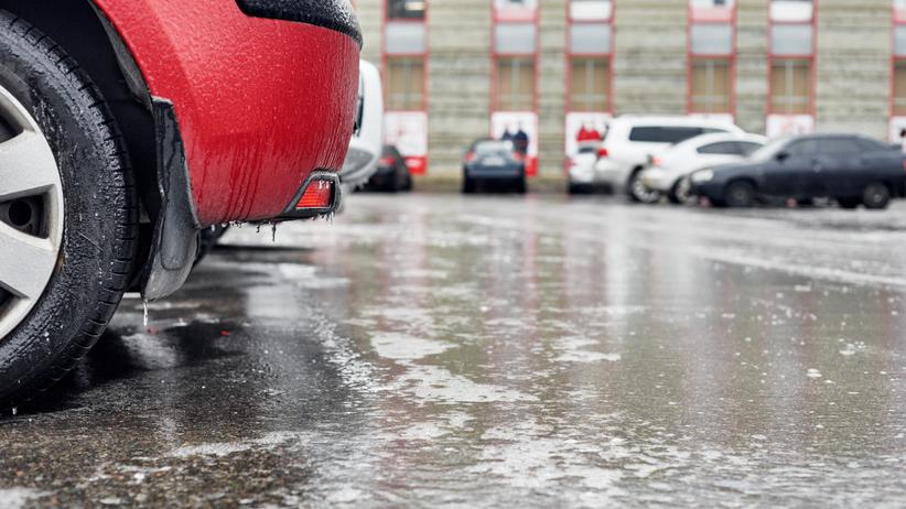 IMGW ostrzega: na drogach będzie bardzo ślisko. Gołoledź w połowie kraju