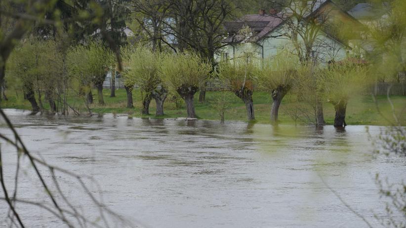"""IMGW ostrzega: wyższy stan wód i """"szklanka"""" na drogach. Może być groźnie"""
