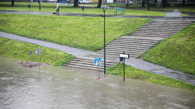 IMGW ostrzega. Wzrasta poziom rzek, uwaga na podtopienia i powodzie