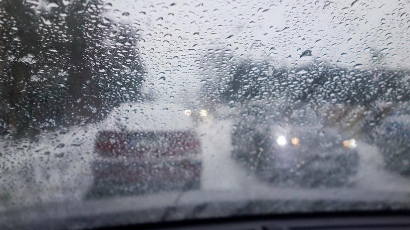 Pogoda. Zamarznięte drogi i chodniki w drugi dzień świąt. IMGW ostrzega kilka województw