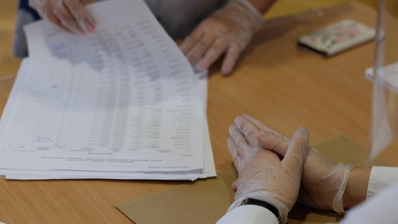 Dawali wyborcom karty do głosowania bez sprawdzenia dowodu. Komisja zaprzecza