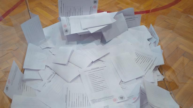Członek komisji fałszował karty wyborcze. Tracił na tym Trzaskowski