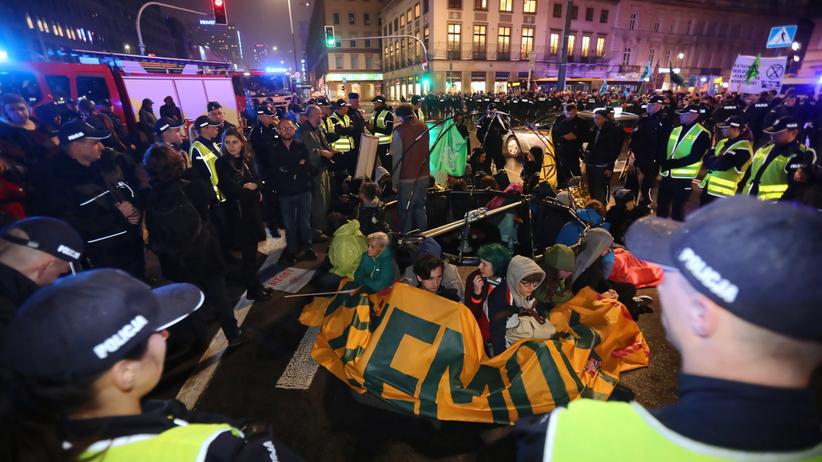 Aktywiści zablokowali rondo de Gaullea. Rozbili namiot pod palmą i zablokowali przejazd