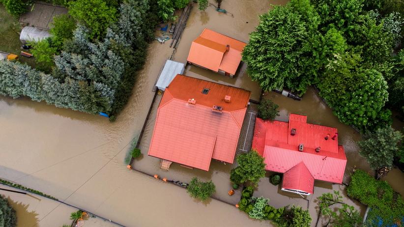 Zalane domy i ewakuacja mieszkańców. Alarm powodziowy na południu Polski
