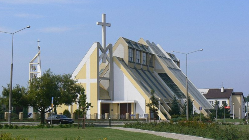Bełchatów. 13-latek wypluł hostię. Parafianie bronią księży