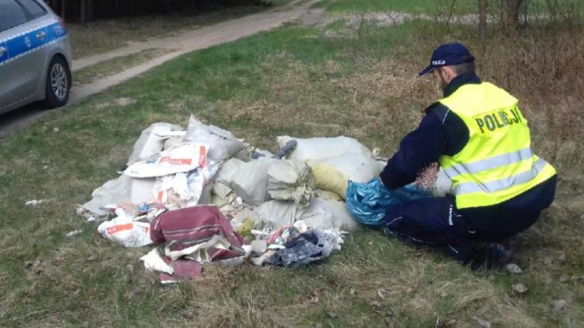 Wyrzucił stertę śmieci przy leśnej drodze. Zdradził go jeden szczegół