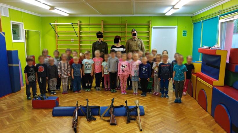 """""""Lekcja patriotyzmu"""" dla 4-latków. Granaty i broń maszynowa w przedszkolu"""