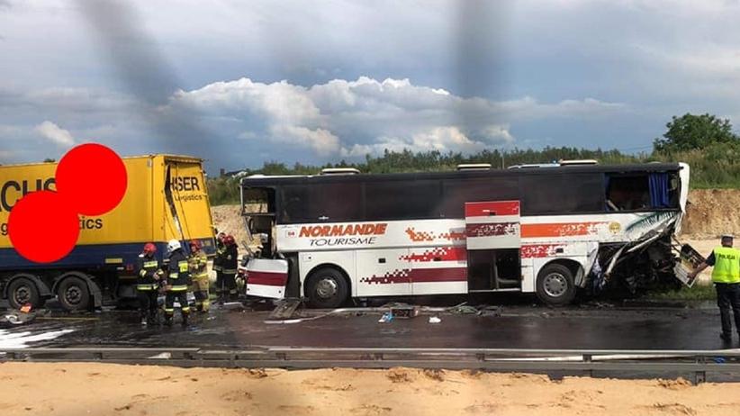 Wypadek autobusu. Zderzył się z ciężarówką. 28 osób rannych